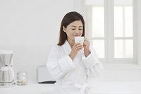 入浴後にキッチンでコーヒーを楽しむ日本人女性