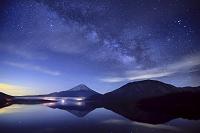 山梨県 天の川の星空と本栖湖と富士山