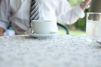 カフェで休憩するビジネスマン