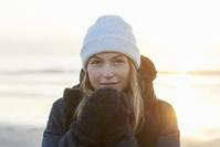 暖かいコートを着た女性
