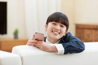 スマートフォンを持つ日本人の女の子
