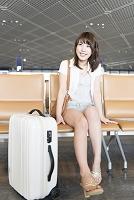 空港のラウンジに座る日本人女性