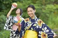紙風船で遊ぶ浴衣の女性