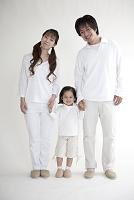 白い服を着た親子