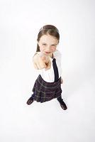 指さしをする制服を着た女の子