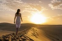 砂漠を歩く外国人女性