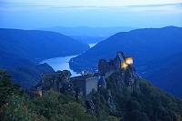 オーストリア ヴァッハウ渓谷 ドナウ河沿いのアグシュタイン城