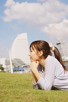 芝生でくつろぐ女性
