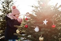 クリスマスツリーを見る女の子