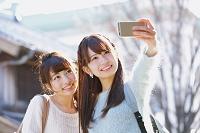 自撮りをする日本人女性