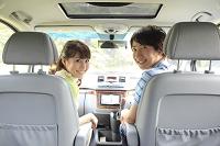 休日にドライブを楽しむカップル