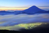 山梨県 櫛形山林道から望む夜明けの富士山と甲府盆地の街明かり