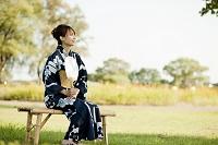 イスに座る浴衣の日本人女性