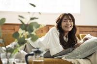 ソファでリラックスしている日本人女性