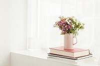 窓際に飾られた花