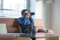 カメラをいじるシニアの日本人男性