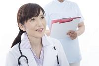 患者の話を聞く女性医師と看護師