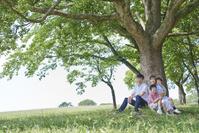 新緑の木に集う日本人家族