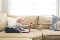 パソコンを見る外国人の赤ちゃん