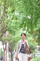 歩いている中高年女性