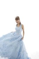 水色のウエディングドレス姿の日本人女性
