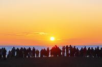 神奈川県 三浦海岸 初日の出を拝む群衆