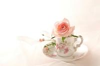 一輪のバラの花とコーヒーカップ
