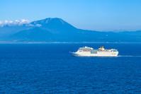 島根県 美保湾を就航するコスタ・ロマンチカと大山