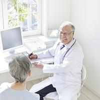 患者を診察する医者