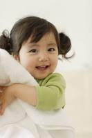 まっ白なタオルを持つ幼い女の子