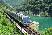 徳島県 土讃線 川沿いを走る2000系特急南風(後追い)