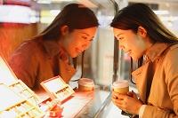 ショーウィンドウを眺める日本人女性