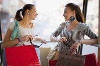 買い物を楽しむ外国人女性たち