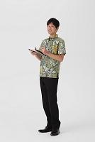 アロハシャツを着る男性