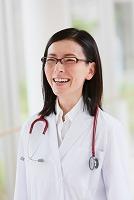 廊下にいる笑顔の医者