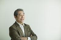 腕組みする日本人のシニア男性