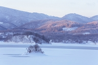 福島県 福島の裏磐梯の凍った秋元湖の朝焼け