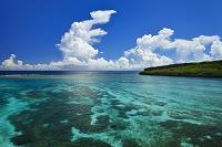 沖縄県 サンゴ広がる海と来間島