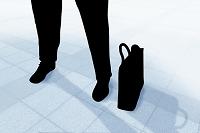 ビジネスマンの足元とビジネスバッグ CG