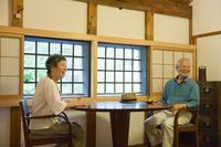 談笑する日本人シニア夫婦