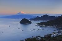 静岡県 朝日に染まる富士山と駿河湾