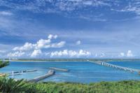 沖縄県 来間島展望台から眺める来間大橋 青空 青空