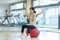 バランスボールで運動するシニアの日本人女性