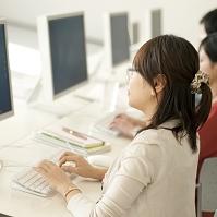 パソコン操作をする大学生