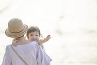 手を振る日本人の女の子