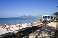 フランス バラーニュの海岸沿いを走る電車