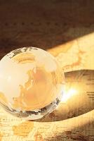イメージ 古地図の上に置かれたクリスタル地球儀