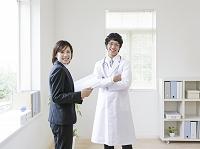 笑顔の医者とビジネスウーマン