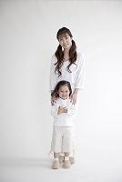 白い服を着た母と娘