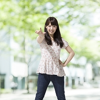 指を指す日本人女性